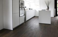 HOUTEN VLOEREN in de keuken kun je best het contrast opzoeken, maar wil je ook zo donker in de woonkamer?