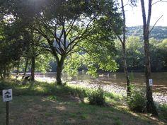 Camping La Champagne #Dordogne; sinds 2013 uitgebaat door Hollands koppel, grote keienrivier in de Ardennen gevoel; ruim; natuurlijk; weinig staanplaatsen maar wel ruim;  paardrijden; enkele kastelen en grotten; beaux villages vlakbij; uitebreid wandelnetwerk; kano 17-20€/ 2p