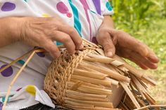 Cattail Basket Weaving In Romanian Danube Villages Corn Husk Crafts, Basket Weaving Patterns, Earth Craft, Weaving Projects, Nature Crafts, Handicraft, Twine, Diy And Crafts, Fiber