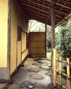 [Omote senke] tea room: Tai-an nijiriguchi. [表千家不審菴]待庵 にじり口