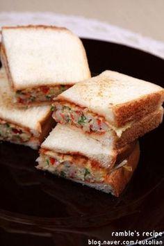 간단한 샌드위치 만들기 예쁘고 맛있게 간단한 아침메뉴, 점심메뉴, 저녁메뉴 물론 간식메뉴로 아주 좋은 샌드위치를 소개합니다.포기할 수 없는 카페스타일 예쁘고 맛있는 오믈렛 샌드위치에요.만들기 정말 간단한 샌드위치로 식빵 살짝 굽고 오믈렛 만들어 넣어주면 끝!정말 쉬우니까요 언제든 출출할때 끼니, 간식으로 맛있게 즐겨보세요. ^^ 주말 오전 브런치도 좋을 오... Tasting Room, Korean Food, Bread Recipes, Sandwiches, Bakery, Lunch Box, Brunch, Food And Drink, Snacks