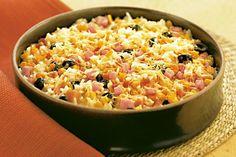 Para sair um pouco da rotina, o arroz de forno é uma receita prática e saborosa. Em vez de preparar o simples e clássico arroz branco, invista neste assado
