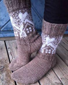 Neulojat loihtivat nyt upeita mökkisukkia! Katso kuvat versioista ja poimi ideoita | Kodin Kuvalehti Knitting Socks, Leg Warmers, Winter Fashion, Plaid, How To Make, Crafts, Diagram, Knitting And Crocheting, Knit Socks