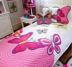 "juego de cama infantil ""For Jewels*** Butterfly quilt - so girlie. and that butterfly pillow"", ""Cute butterfly quilt for a girl's room! Quilting Tips, Machine Quilting, Quilting Projects, Quilting Designs, Sewing Projects, Quilt Baby, Butterfly Quilt, Pink Butterfly, Butterflies"