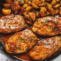 Lemon Garlic Butter Chicken Green Beans Skillet Recipe — The post Lemon Garlic Butter Chicken and Green Beans Skillet appeared first on Woman Casual - Food and drink Beef Soup Recipes, Italian Sausage Recipes, Casserole Recipes, Diet Recipes, Easy Carbonara Recipe, Garlic Butter Chicken, Skillet Chicken, Chicken Casserole, Chicken Green Beans