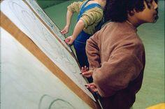 'bij de basistekenbeweging behoort ook het tekenen met je handen achter je rug. Dit wordt de 'kwinkslag' genoemd. Het is humoristisch en deconditioneert tegelijkertijd patronen in de hersenen en geeft grote ontspanning en creëert meer flexibiliteit in het gedrag van het kind. Loslaten van bekende patronen creëert creativiteit'.