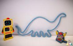 Pour offrir ou simplement pour se faire plaisir, ces dinos rigolos, à la fois modernes et tendances, apportent une touche de douceur colorée à la Spool Knitting, I Cord, Kids Decor, Beer Opener, Handicraft, Diy For Kids, Lana, Diy And Crafts, Kids Room