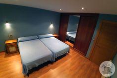 HABITACIÓN 💤 AZUL 💙 (Equipada con 2 camas de 1,10m y armario empotrado) Aurora, Villa, Bed, Furniture, Home Decor, Rural House, Build A Wardrobe, Blue Rooms, Closets