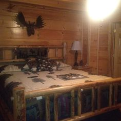 Rustic Log Furniture With Donna Sharp Quilts. Full Bath Is Attached To Each  King Bedroom