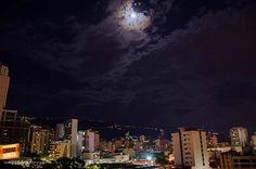 Así de hermosas son las noches en Bucaramanga cuando la luna llena nos ilumina en todo su esplendor. Gracias Lina Rios (http://on.fb.me/1jpN3xE) por la foto #nochesBUC