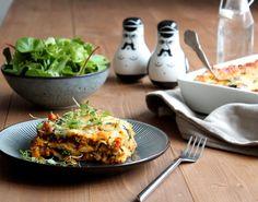 Lasagne er en italiensk evergreen, som altid hitter til aftensmaden! Prøv en af vores mange opskrifter - til sund, syndig eller nem lasagne.