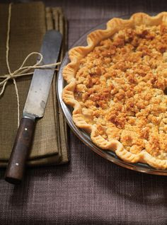 Apple Crumble Pie is made with a Shortcrust Pastry, that is filled with juicy, spiced apples & applesauce and topped with a delicious, sweet buttery topping made with oats & ground almonds Tart Recipes, Apple Recipes, Dessert Recipes, Apple Crumble Pie, Apple Pies, Ricardo Recipe, Chocolate Pie Recipes, Berry Tart, Shortcrust Pastry