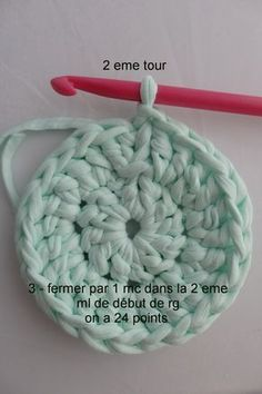 Tutoriel pour un tapis rond crocheté en brides. Pouf En Crochet, Crochet Diy, Baby Blanket Crochet, Crochet Hats, Hand Crochet, Crochet Patterns For Beginners, Knitting Patterns, Cotton Cord, Boyfriend Crafts