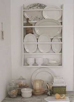 Antique Vintage Decor Antique Plate Rack Design Ideas For Your Vintage Kitchen - The ART in LIFE - For dealing with collectible plates finding a superb source to purchase a wall-mounted plate rack of high quality could be very valuable to you. Dish Display, Kitchen Display, Kitchen Storage, Kitchen Decor, Plate Display, Plate Racks In Kitchen, Smart Kitchen, Kitchen Nook, Kitchen Shelves