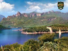 INFORMACIÓN BARRANCAS DEL COBRE te dice. El tren Chihuahua-Pacífico recorre una distancia de 652 kilómetros dos veces por día, pasando a través de la Sierra Tarahumara y deteniéndose en las nueve principales atracciones turísticas de Barrancas del Cobre. http://www.chihuahua.gob.mx/turismoweb/