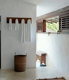 Donkey and the Carrot: Σπίτι στην παραλία -- An amazing beach house White Beach Houses, Inside A House, Estilo Tropical, Surf House, Beach Bungalows, Wood Detail, Interior Decorating, Interior Design, Coastal Homes