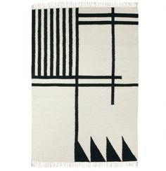 Et vakkert Kelim teppe fra Ferm Living med grafisk mønster. Alle teppene er håndvevd og er derfor unike. Veveteknikken, som heter Punja, veves på tradisjonell manuell vevstol og en