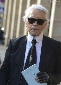 Karl Lagerfeld quitte la librairie Galignani avec le livre Vie Rêvée de Thadée Klossowski de...