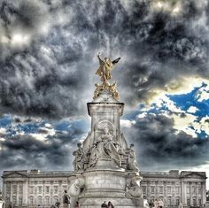 London | Uk  #queenvictoriamemorial #ominousclouds #toplondonphoto #city_explore by siz0ou