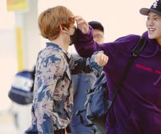 Baekhyun, Chanyeol and sexual fantasies Exo Chanbaek, Exo Ot12, Park Chanyeol, Baekhyun Chanyeol, Exo For Life, Kpop Fashion, Airport Fashion, Exo Couple, Seriously Funny