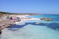 E' una delle spiagge più grandi dell'isola, ha sabbia fine e chiara con qualche roccia, l'acqua cristallina ha fondali sabbiosi con scogli.Alle spalle alcuni alberi offrono un po' d'ombra nelle giornate più calde.Si arriva dal mare.