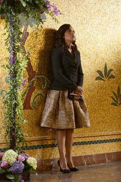 Kerry Washington with Oscar de la Renta Metallic Silk Fit-&-Flare Dress in Scandal - Season 5 Episode 18 Olivia Pope Wardrobe, Olivia Pope Outfits, Olivia Pope Style, Scandal Fashion, Gold Skirt, Flowy Skirt, Vogue, Formal Looks, Casual Wedding