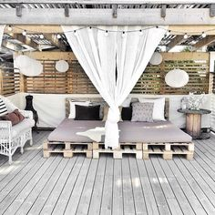 A pallet bed that's outside?! Checking off so many boxes. Photo via @ellevilldesign.