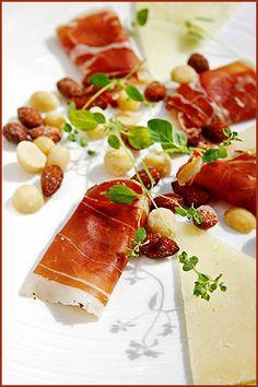 Ostetallerken med skinke og bakte nøtter Tapas, Vegetables, Food, Meal, Vegetable Recipes, Hoods, Veggies, Eten, Meals