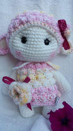 ROSIE das kleine Schäfchen, genießt die ersten Frühlings-Sonnenstrahlen. Das kleine *Wolkenschaf ROSIE* ist ein verträumtes Schafmädchen, zum lieb haben, kuscheln, trösten, einfach nur hin setzen,...