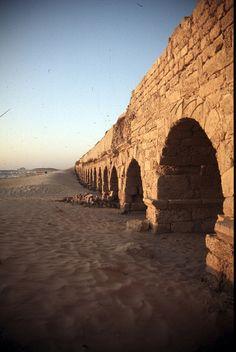 Antiguo Acueducto Romano, Cesarea, Israel. El acueducto que lo trajo de agua dulce podría ser la ruina más espectacular de Cesarea Maritima. Pero la ciudad que el rey bíblico Herodes había construido sobre las costas mediterráneas de Israel era, sobre todo, un puerto marítimo.