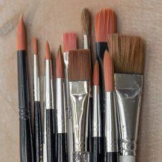 Tienen cerdas, un mango grabado, pueden ser de alambres, pelos o filamentos. Son utilizados principalmente para pintar y estos son los míos, MIS PINCELES, los que me acompañan cuando dejo a un lado lo digital.  #illustration #tools