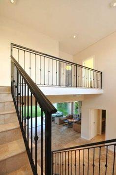 hall: Pasillos, vestíbulos y escaleras de estilo  por Parrado Arquitectura