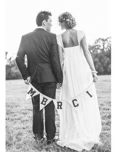 Message personnelOriginale, cette photo servira non seulement de souvenir aux invités, mais aussi de remerciements. Avantage: les mariés peuvent adapter le message à leur guise.