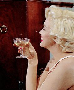 """1954 / Marilyn et Tom EWELL sous la direction du réalisateur Billy WILDER dans une des scènes du film """"The seven year itch""""."""