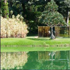 """A obra""""Bisected triangle, Interior Curve"""", de Dan Grahan, é um diálogo entre arquitetura- escultura e paisagem-jardim. INHOTIM."""