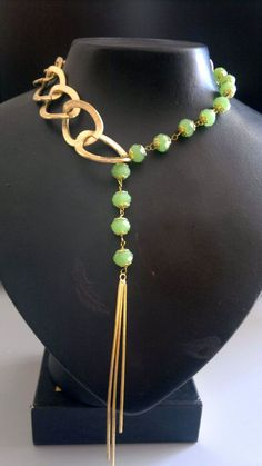Lariat style necklace with giant gold links and green beads. by NinA Wire Jewelry, Jewelry Art, Jewelry Gifts, Beaded Jewelry, Jewelery, Vintage Jewelry, Jewelry Accessories, Jewelry Design, Fashion Jewelry