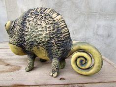 Dies ist ein keramischer Chamäleon von Schamotte gemacht. Er misst 30 x 18 x 12 cm / 11,8 x 7 x 4,7 und wiegt 1,7 kg/3,7 Pfund  Metalloxide zum ausmalen verwendet wurden und es wurde bei ° C 1050 in einem elektrischen Ofen gebrannt.  Es hat Aufkleber auf ihre Sohlen fühlte.  Kein Schimmel dienen, diese Skulpturen sind ein einzigartiges Stück.  Die Versandkosten ist eine enge Schätzung, kann variieren je nach Gewicht des Pakets endgültig. Wenn es weniger als angegeben wird, erstatten...