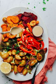 A guide for easy, delicious, oil-free roasted vegetables with tips on starchy and non-starchy vegetables as well seasoning and garnish recommendations! Plant Based Diet, Plant Based Recipes, Vegetable Recipes, Baker Recipes, Vegan Recipes, Soup Recipes, Roasted Vegetables, Veggies, Starchy Vegetables