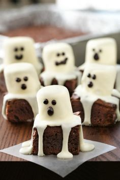 These spooktacular treats are simple to make, and tons of fun to eat! There are no tricks involved, either—just a handful of pantry ingredients and some black decorating gel. Make sure to line the baking pan with foil for easier cutting and quick cleanup. Pumpkin Cookies, Chip Cookies, Halloween Desserts, Muffins Halloween, Halloween Menu, Halloween Food For Adults, Halloween Brownies, Halloween Party Snacks, Creepy Halloween Food