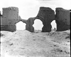 Iraq Samarra by Gertrude Bell, Jamiet el Kebir. Ali el Hadi Mosque in distance Old Pictures, Old Photos, Gertrude Bell, Naher Osten, Newcastle University, Desert Places, Lawrence Of Arabia, Baghdad, Oriental