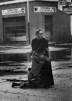 Hector Rondon Lovera/Diario La Republica, Венесуэла. 4 июня 1962 года, морская база Пуэрто Кабэлло. Смертельно раненный снайпером солдат держится за cвященника Луиса Падилло (Luis Padillo).