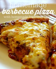 Homemade barbecue pizza made with homemade barbecue sauce! Pizza Recipes, Lunch Recipes, Easy Dinner Recipes, Great Recipes, Easy Meals, Cooking Recipes, Favorite Recipes, Cheap Meals, Yummy Recipes