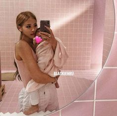 BlackPink's Rosé and her baby Foto Rose, 17 Kpop, Cute Little Baby Girl, Cute Baby Wallpaper, Boy Idols, Rose Icon, Jennie Kim Blackpink, Kpop Couples, Stylish Dresses For Girls