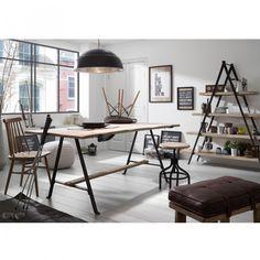 Mesa con pies de hierro negro y sobre de madera de mango en acabado natural.