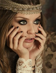 Cool Bohemian Style Fashion - How to Achieve the Boho Look The bohemian chic style is one of the absolute fashion trends for a long time. The reason is undoubtedly its extraordinary charm. The boho chic style . Hippie Style, Hippie Make Up, Mode Hippie, Bohemian Mode, Hippie Gypsy, Gypsy Style, Bohemian Style, 70s Hippie, Bohemian Clothing
