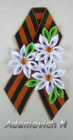 Bolo Floral, 9 Mai, Brooch Corsage, Kanzashi Flowers, Ribbon Design, Ribbon Crafts, Fabric Flowers, Hair Bows, Diy And Crafts