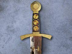 """Empuñadura de la espada del rey Sancho IV """"el Bravo"""" de Castilla y León. c. 1289. Tesoro de la Catedral de Toledo."""