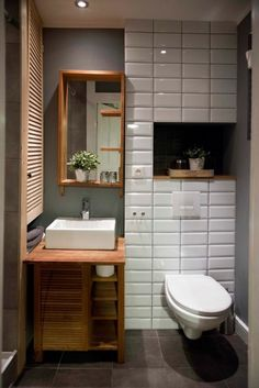 Białe kafle i drewno w aranżacji łazienki - Lovingit.pl