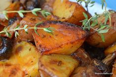 Cartofi noi cu ciuperci, ceapă și cimbru la cuptor - rumeni și aromați | Savori Urbane Potatoes, Vegetables, Food, Potato, Essen, Vegetable Recipes, Meals, Yemek, Veggies