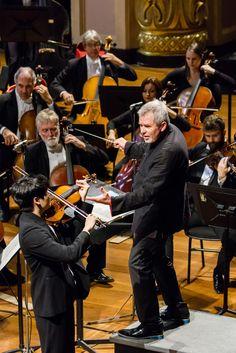 O violinista In Mo Yang e o maestro Lavard Skou Larsen, no palco do Theatro Municipal do RJ, com a Orquestra Sinfônica Brasileira. Foto: Cicero Rodrigues